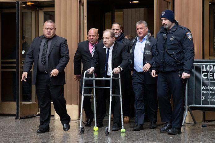 Harvey Weinstein verlaat de rechtszaal.