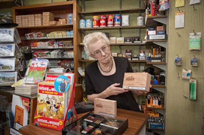 Riet de Pauw bestiert al meer dan vijftig jaar een sigarenwinkel in Hansweert.