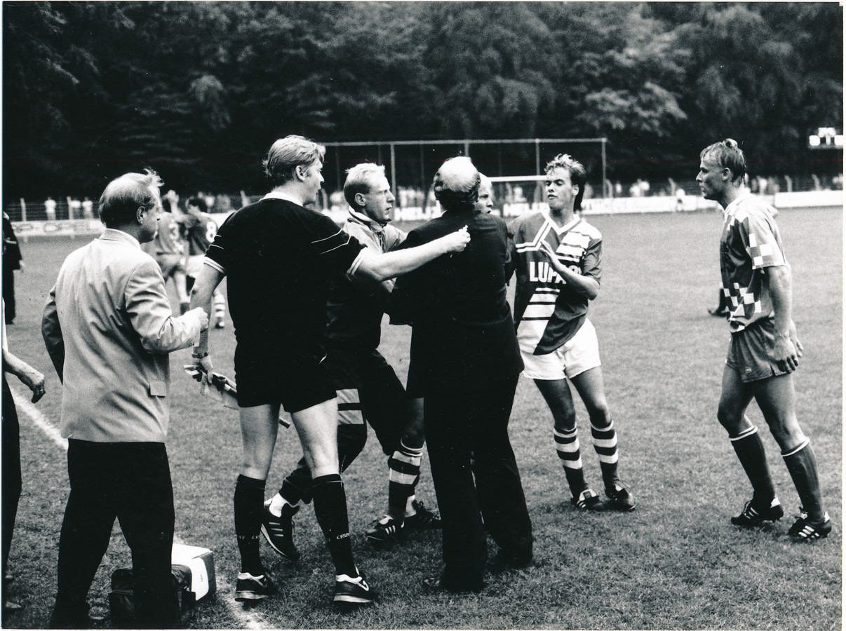 Een opstootje op De Wageningse Berg in 1990 rond De Graafschap-speler Erik ten Hag (tweede van rechts).