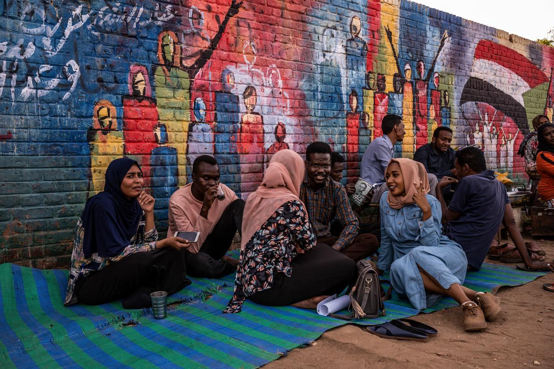 Soedanese jongeren verzamelen zich bij het hoofdkwartier van het leger in de hoofdstad Khartoem.