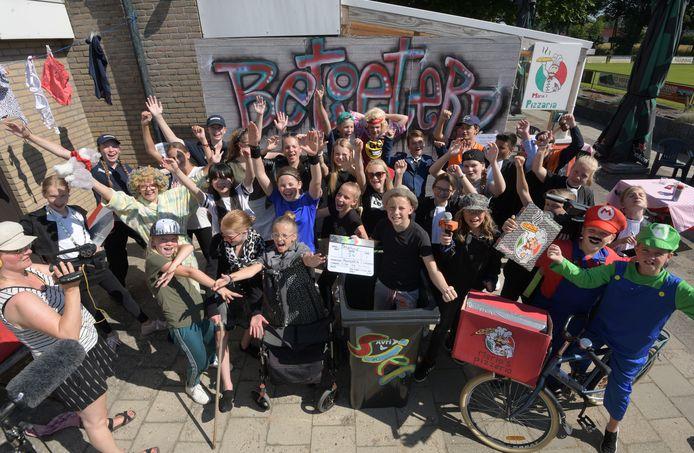 Groep 8 van de Beatrixschool in Buren neemt met een film afscheid van de basisschool.