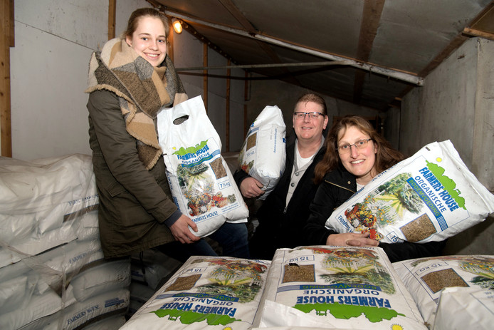 Ilona Hogenkamp, Jan Francis en Cobi Prinsse van de PKN-kerken met de voorraad organische kippenmest.