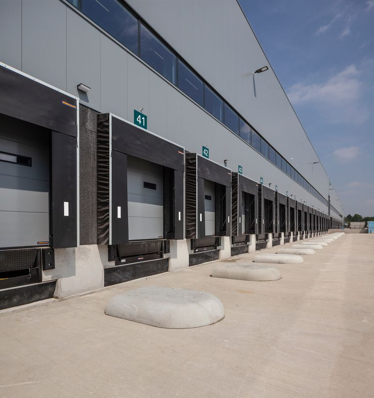Trade Port Noord bij Venlo. Distibutiecentra van grote omvang. economie handel logistiek groei industriele gebouwen architectuur transport knooppunt. Beeld null