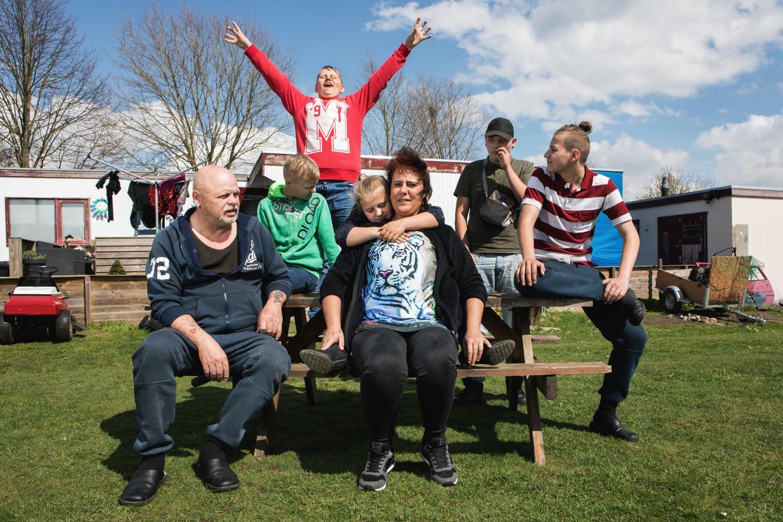 Familie Oosten: vader Theo, moeder Rita, met kinderen Theo junior, Johannes, Kees, Joost en Sabrina. Beeld Marleen Kuipers