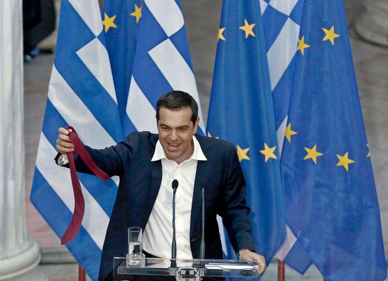 Tsipras had op het hoogtepunt van de financiële crisis beloofd dat hij een stropdas zou gaan dragen zodra Griekenland uit het dal was gekropen.