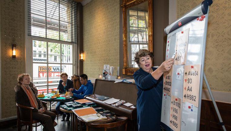 Cursus op maandagochtend in Café Luxembourg. Organisator Hanna van Berg, in donkerblauwe blouse: 'Bridge houdt je fit.' Beeld Dingena Mol