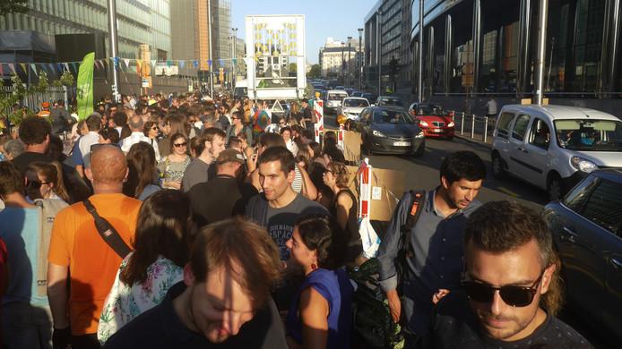 Environ 700 personnes ont pris part à un apéro engage sur la rue de la Loi à Bruxelles