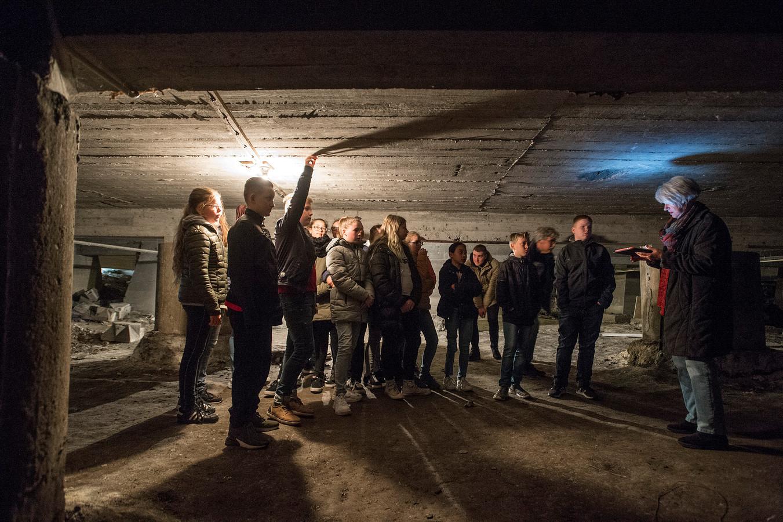 In de kelder van de Bartholomeuskerk krijgen scholieren het verhaal te horen hoe de kelder tijdens de Tweede Wereldoorlog gediend heeft als schuilplaats voor honderden Zevenbergenaren.