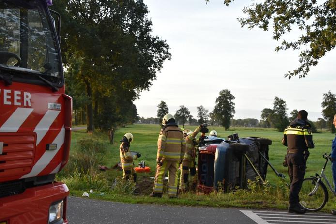 Door de klap van de botsing belandde een van de twee auto's op zijn kant.  De bestuurder raakte gewond.
