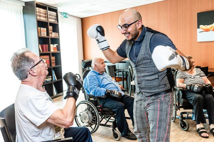 Bewoners van verpleeghuis Oudshoorn leren boksen van beweegagogen Azmi en Rick.
