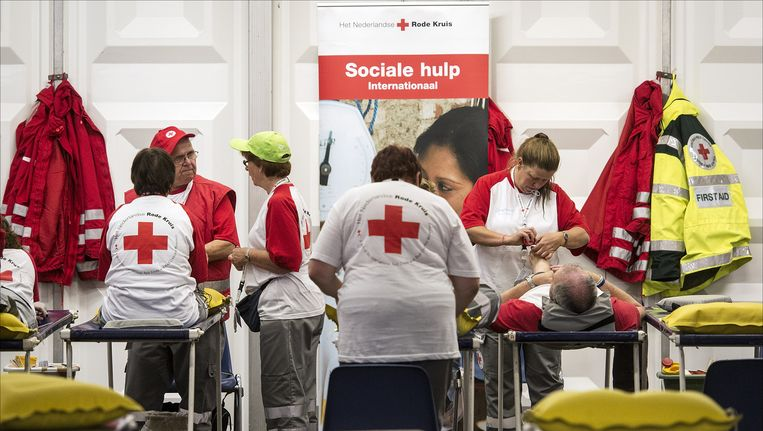 Hulpverleners van het Rode Kruis. Beeld anp