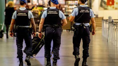 Nederlandse politie haalt twee mannen mt geladen vuurwapen van trein op Schiphol