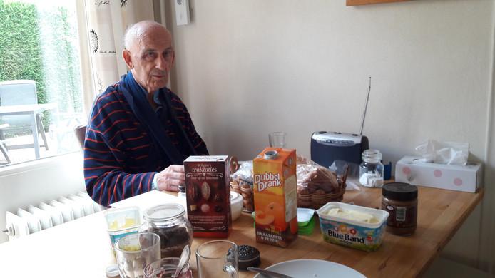 Bert van der Lans, recordloper Vierdaagse, is uitgevallen omdat hij zijn sleutelbeen heeft gebroken. Nog nooit eerder gedaan: op de tweede wandeldag thuis met zijn vrouw ontbijten.