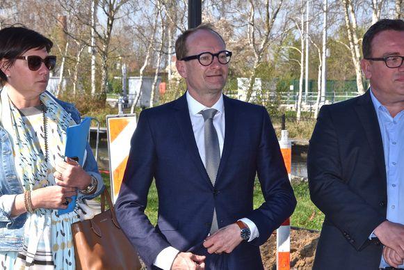 n Ooigem is de fietstunnel ter hoogte van de Drietrapssluis feestelijk ingehuldigd.  - Vlaams minister voor Mobiliteit en Openbare Werken, Ben Weyts