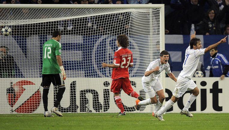 Klaas-Jan Huntelaar scoort 2-0 voor Schalke 04. Foto AP Beeld ap