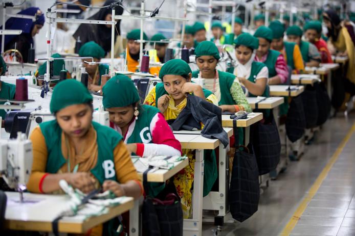 Een kledingfabriek in Bangladesh, waar jonge vrouwen in opleiding zijn.
