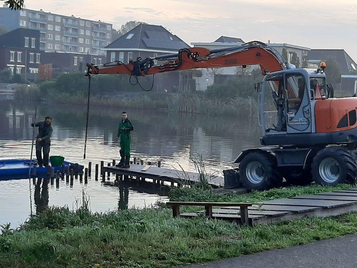 De steiger in Alphen wordt weggehaald door een aannemer.