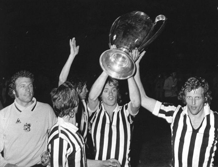 Ajax viert de Europa Cup I in 1973, in Juventus-shirts. Van links naar rechts: Heinz Stuy, Johan Cruijff, Wim Suurbier, John Rep en Piet Keizer.