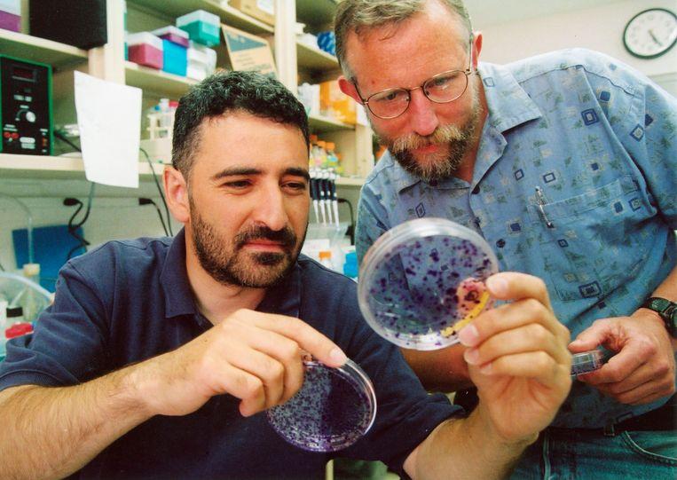 Charles M. Rice (rechts) met een student in een lab. Foto uit 2017.  Beeld AFP
