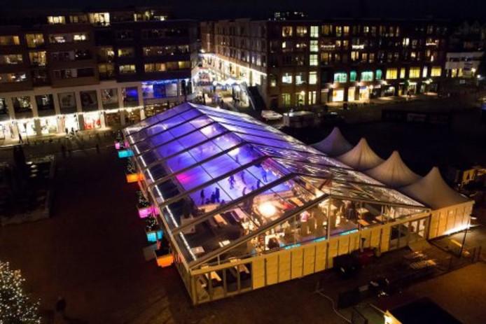 De ijsbaan op De Vliet in Oud-Beijerland wordt hetzelfde als die in Papendrecht van afgelopen jaar. Enig verschil: de Oud-Beijerlandse ijsbaan wordt op het water gebouwd.