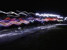 Verlichte kerstbomen rennend over Scheldedijk