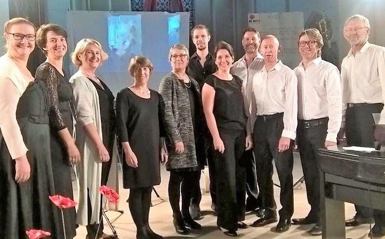 De 'White'n'Black Gospel Singers' treden op in de Hanswijkbasiliek