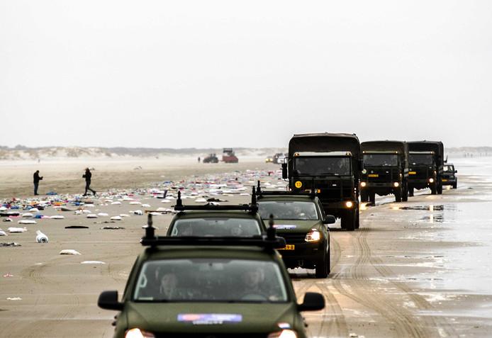 Vanaf het vasteland nam de politie verschillende wagens mee.