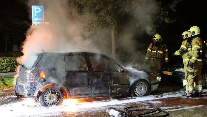 De auto brandde volledig af.