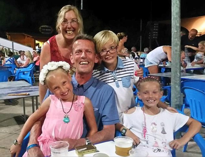 Ian Wilson met zijn partner Tracey,  zoon Anthony en dochters Marie en Susan (rechts).