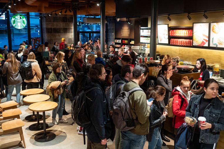 Voor de tiende verjaardag van Starbucks in Station Antwerpen centraal krijgt iedereen gratis Koffie. Het is al direct lang aanschuiven.