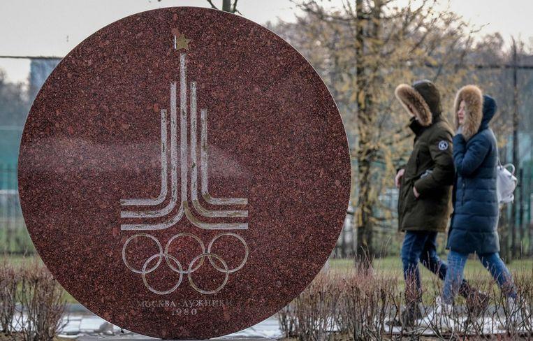 Het logo van de Olympische Spelen van 1980 in Moskou, vlak voor het Luzhniki-stadion.