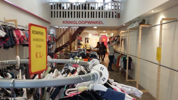 Hans Kleding Kringloopwinkel  zat bijna twee jaar aan de Nieuwstraat (foto) en gaat nu verder aan de Boxbergerweg.