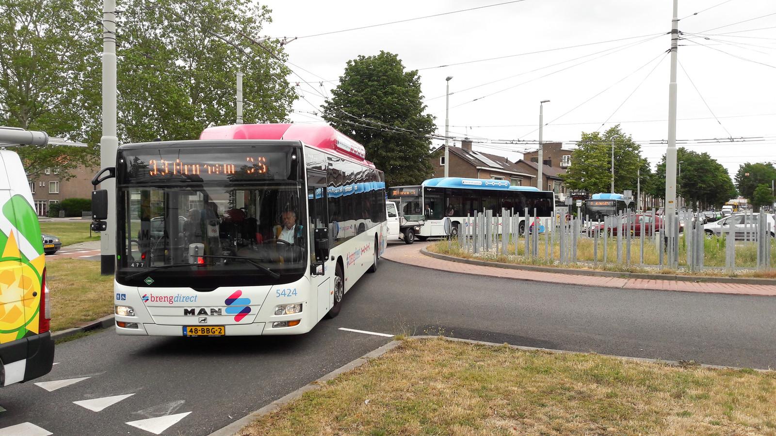 File op de rotonde Groene Weide in Arnhem-Zuid, maandagavond, mede doordat buitenlands vrachtverkeer zich dwars door Arnhem wurmt omdat de Pleijroute in oostelijke richting is afgesloten.