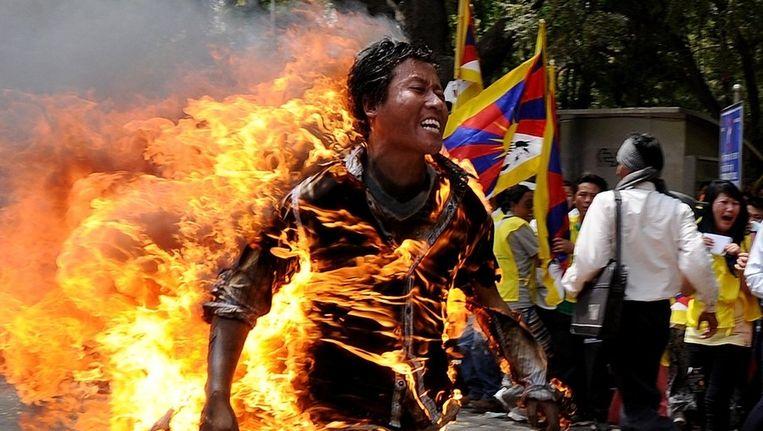 De Tibetaanse vluchteling Janphel Yeshi steekt zichzelf in brand tijdens een protest in maart vorig jaar in New Delhi Beeld AFP