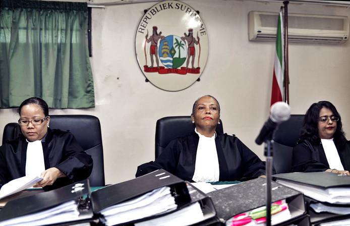 De drie vrouwelijke rechters van de Krijgsraad. In het midden Cynthia Valstein-Montnor