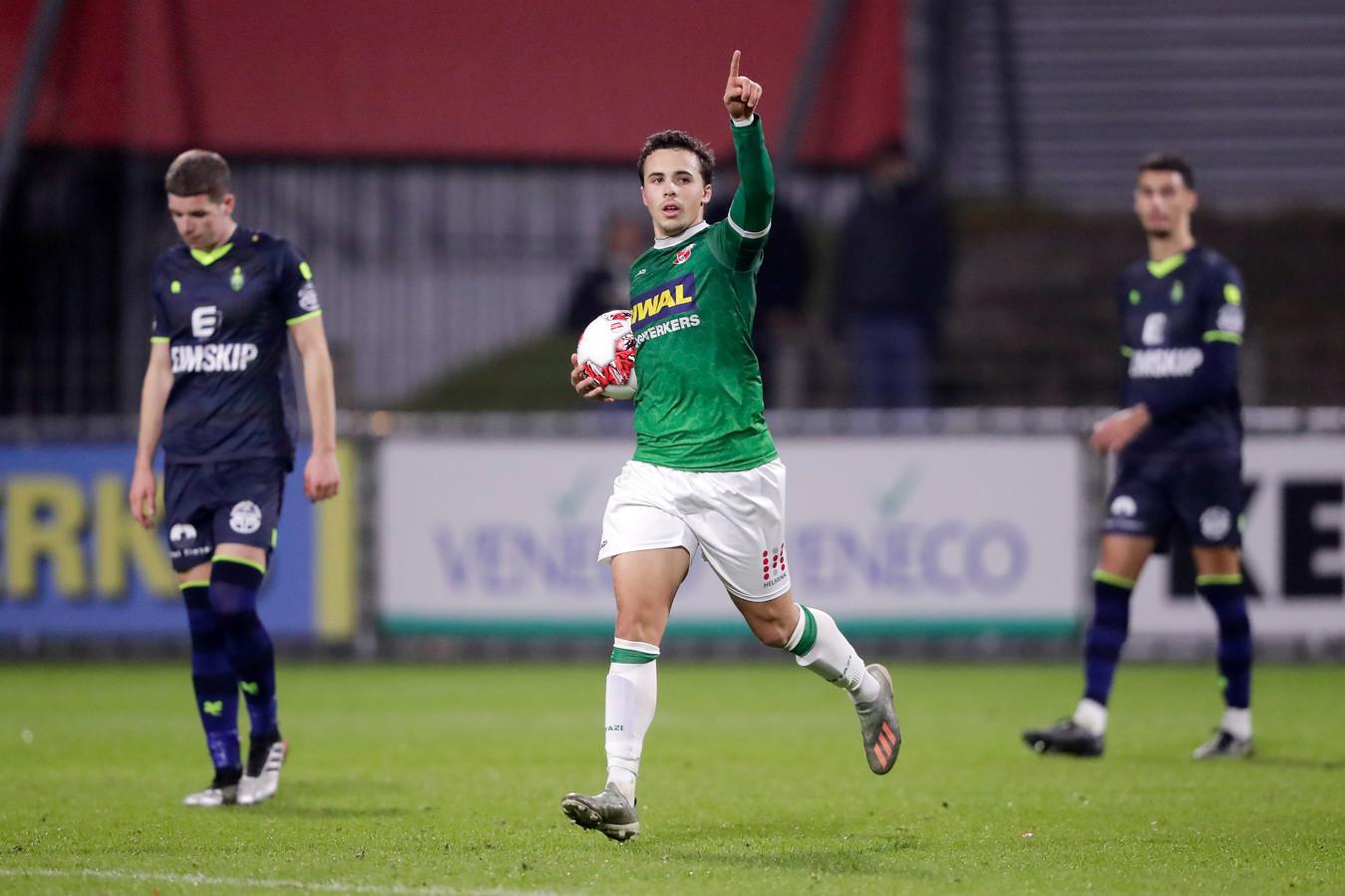 Pedro Marques viert de eerste van zijn twee rake strafschoppen. Ze leverden FC Dordrecht uiteindelijk geen punten op.
