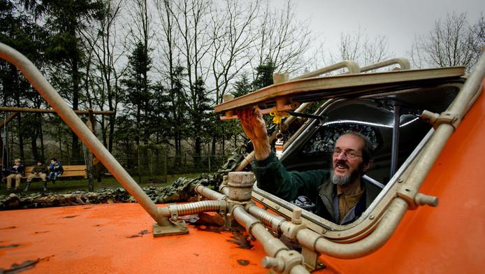 Pieter van der Meer is klaar voor het einde van de wereld. Hij heeft een Noorse reddingsboot klaar liggen in de tuin.