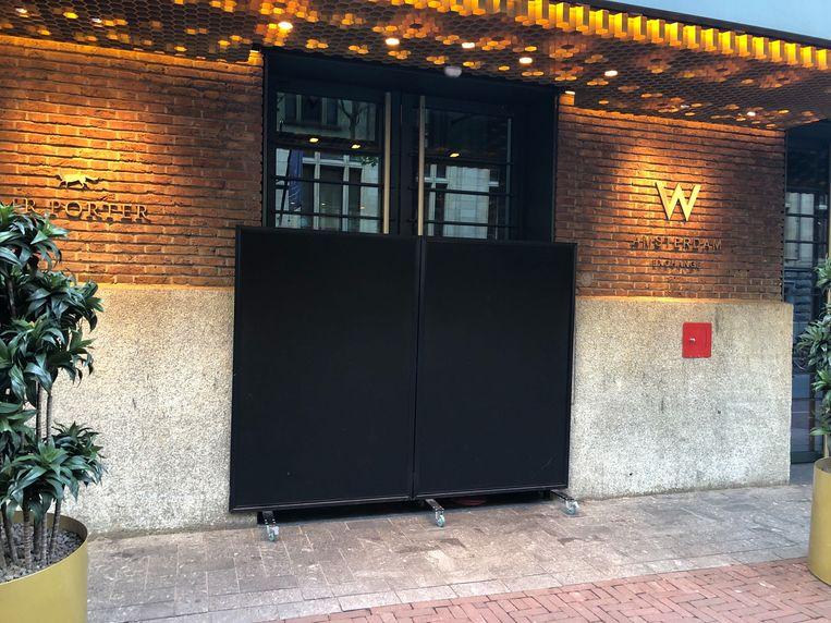 De voordeur van het W hotel is afgeschermd. Beeld Het Parool