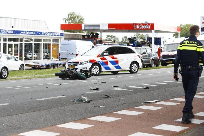 Een scooterrijder raakte gewond en het verkeer ondervond flinke hinder van een aanrijding op de Zuiderzeestraatweg bij Elburg.