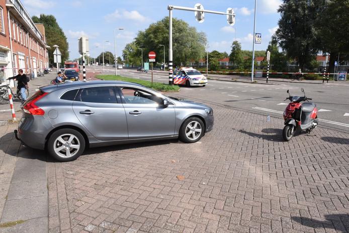 De bestuurder van de scooter raakte gewond en is naar een ziekenhuis gebracht.