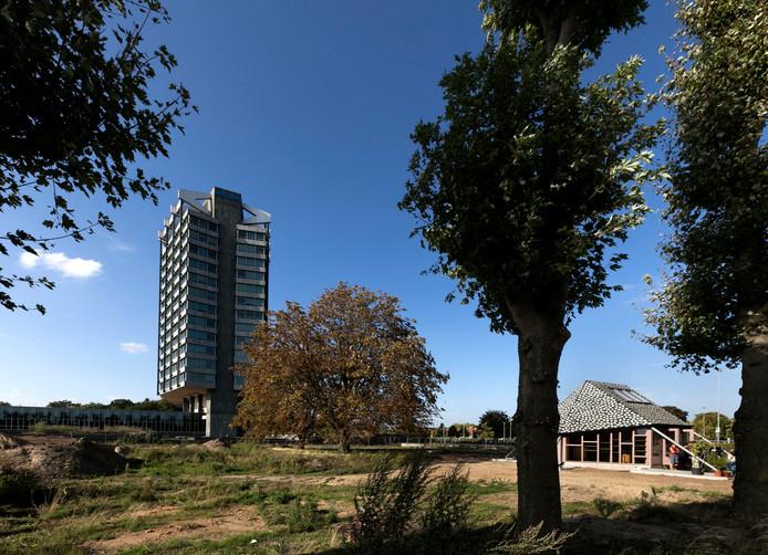 Vredeoord Eindhoven, met rechts de Buurtschuur en achteraan Philips Benelux.