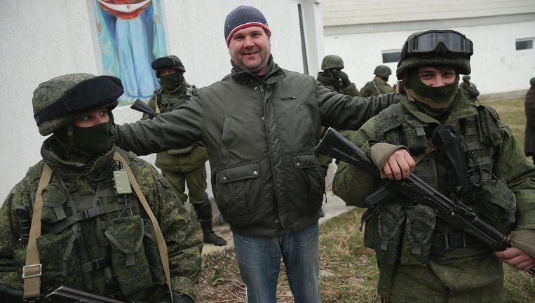 2 maart 2014: er zijn onduidelijke soldaten zonder herkenningstekenen opgedoken in de Krim. Een pro-Russische inwoner is blij met hun komst. Beeld Getty Images