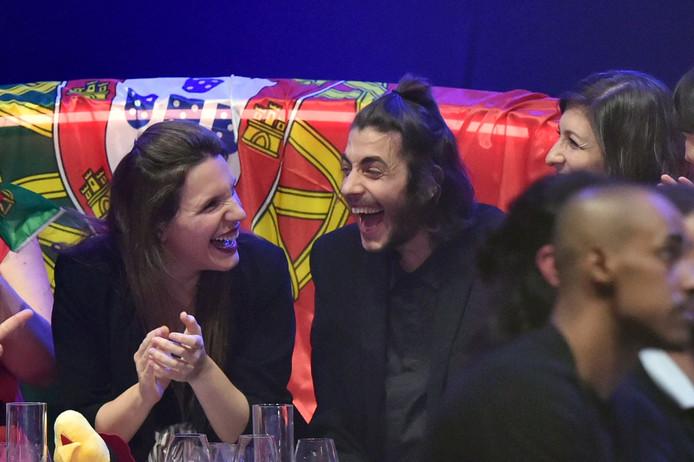 Salvador Sobral en zijn zus (links) die het winnende nummer schreef.