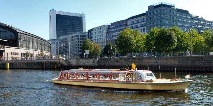 Een rondvaartboot op de rivier De Spree die dwars door Berlijn loopt.