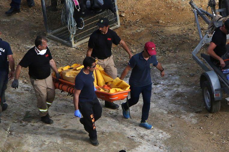 De politie van Cyprus draagt de tweede gevonden koffer weg voor onderzoek.