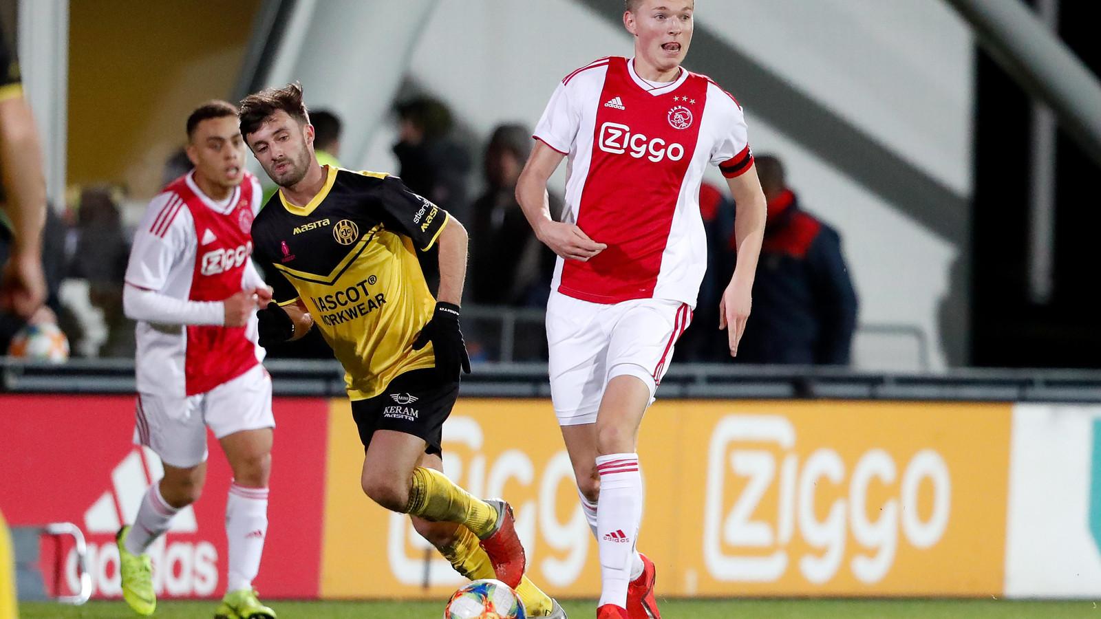 Jong Ajax-captain Perr Schuurs in actie tegen Roda JC. Hij maakte de 5-1.