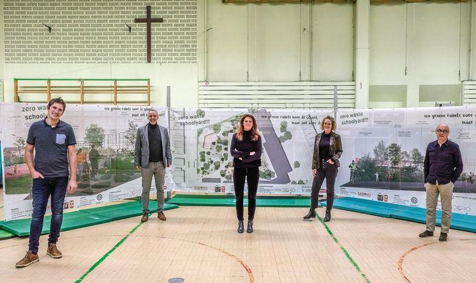 Sint-Amandsbasisschool Zuid in Kortrijk krijgt een nieuwe, groene speelplaats, waar ook de buurt gebruik van zal kunnen maken. Op de foto: Yves Dehondt, tuinarchitect, Lien Baguet,  voorzitter ouderraad, burgemeester Ruth Vandenberghe en Geert Devolder, architect.