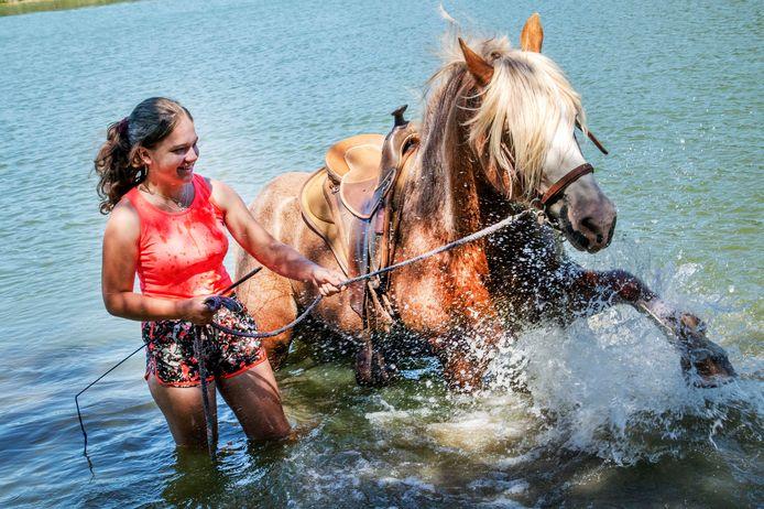 Jady van Loon en Cita genieten van het water van de Noorderplas.