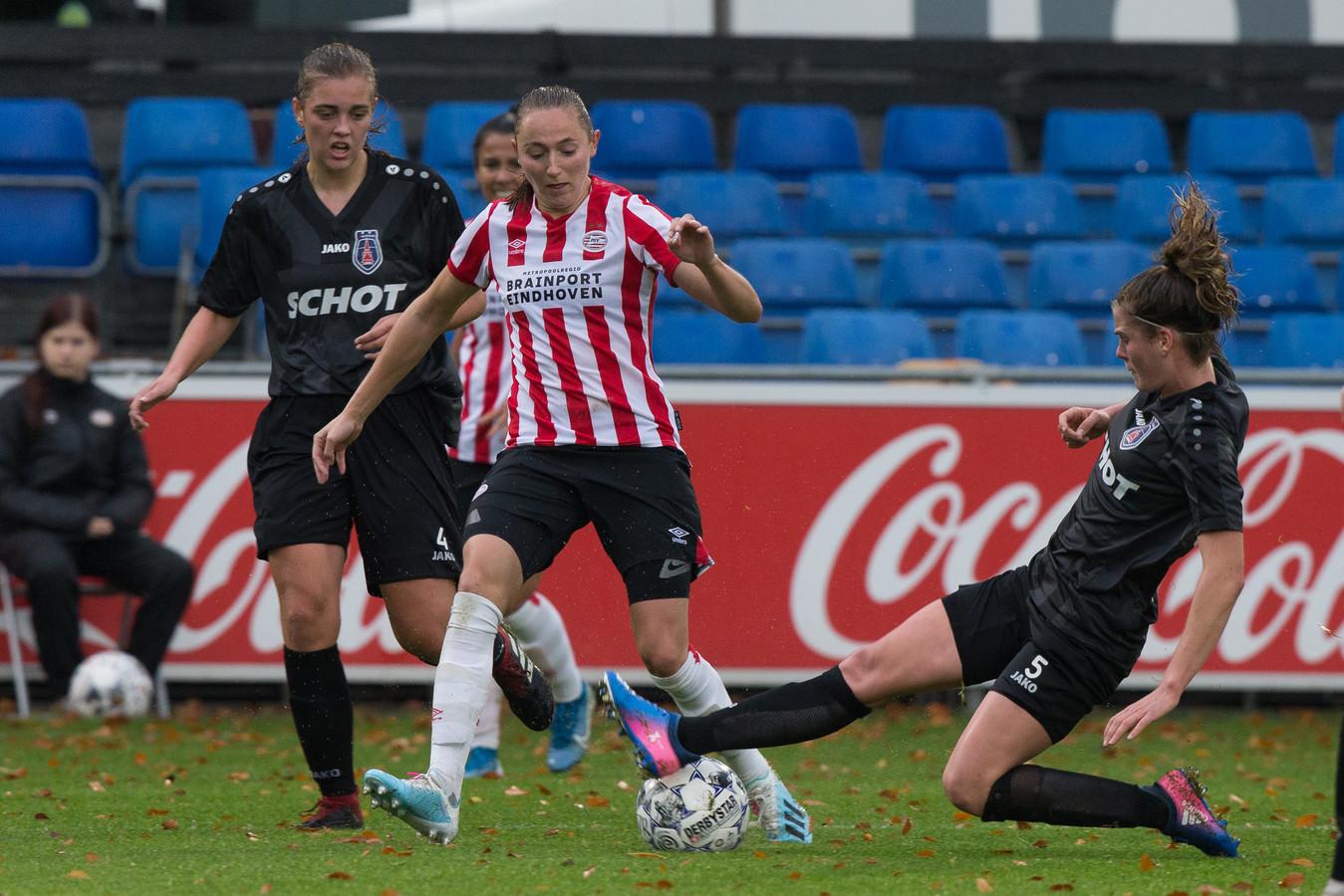 Simone Hand (Alkmaar) in duel met Nadia Coolen (PSV).