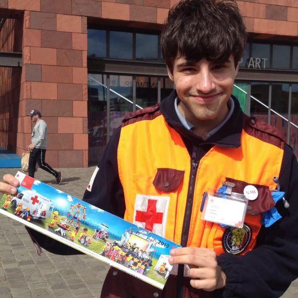 REPRO: vrijwilligers stickerverkoop Het Rode Kruis